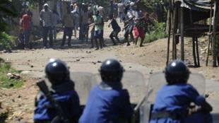 Affrontements entre manifestants et forces de l'ordre à Musaga, dans le sud de Bujumbara, le 28 avril 2015.