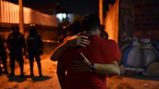Tras el registro del incidente violento en el que 14 personas murieron luego de que un grupo armado irrumpiera en una fiesta en Veracruz, México, el 19 de abril de 2019, varias personas se acercaron a la escena y lamentaron los hechos.