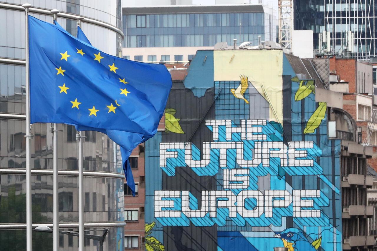 Las banderas de la Unión Europea ondean fuera de la sede de la Comisión Europea , antes de una cumbre de líderes de la UE en la sede del Consejo Europeo, en Bruselas, Bélgica, el 16 de julio de 2020.