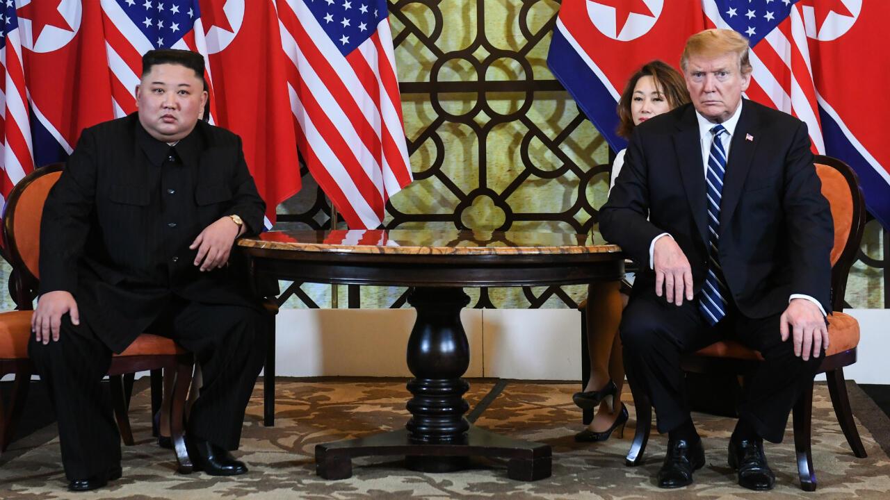El presidente de Estados Unidos, Donald Trump camina junto al líder de Corea del Norte, Kim Jong-un durante una pausa en las conversaciones en la cumbre entre los dos mandatarios. Hanói, Vietnam, el 28 de febrero de 2019.