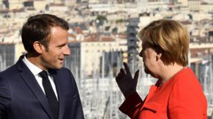 Emmanuel Macron et Angela Merkel, photographiés à Marseille, peu avant leur entretien.