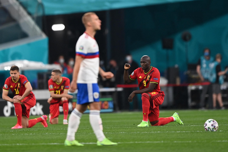 Le joueur belge Romelu Lukalu un genou à terre avant le match contre la Russie, le 12 juin 2021 à Saint-Pétersbourg.