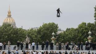 """Le """"Flyboard"""" de Francky Zapata est une plateforme volante propulsée par cinq réacteurs à jet d'air."""