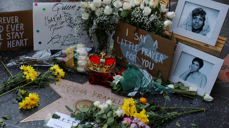 Una corona, flores e imágenes se muestran sobre la estrella de Aretha Franklin en Hollywood Boulevard, en Los Ángeles, California, EE. UU., el 16 de agosto de 2018.
