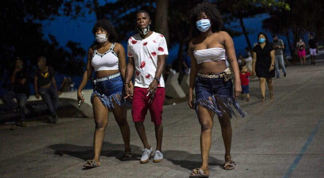 Grupos de personas caminan por el paseo marítimo, en Santo Domingo, República Dominicana, el 12 de julio de 2020.AFP