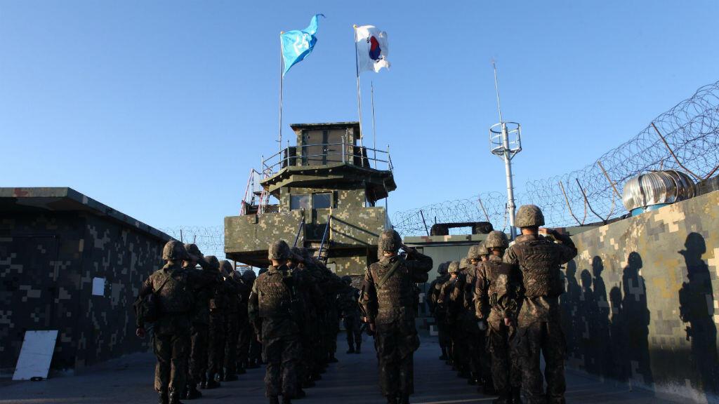 Foto distribuida por el ministerio de Defensa de Corea del Sur muestra las banderas de ese país y de Naciones Unidas derribadas en un puesto de guardia de Corea del Sur en la zona desmilitarizada en la frontera, el 9 de noviembre de 2018.