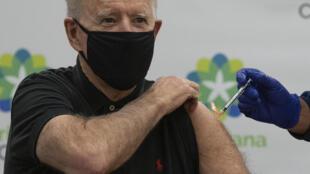 الرئيس الامريكي جو بايدن يتلقى الجرعة الثانية من اللقاح ضد كوفيد-19 في 11 كانون الثاني/يناير 2021