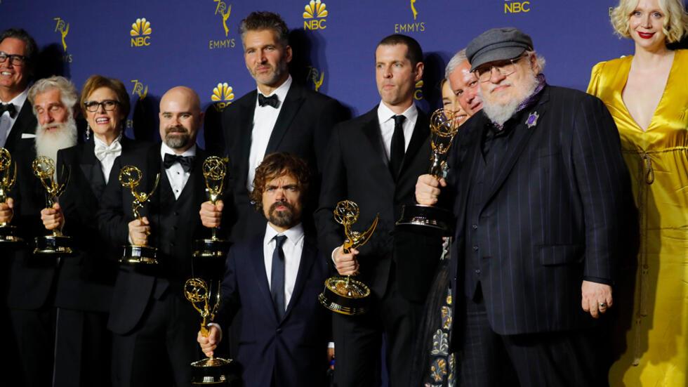 Los Emmys, la gala que premia a lo mejor de la televisión, celebró su edición número 70. Este año hubo grandes sorpresas, entre ellas la gloria de Game of Thrones, la competencia entre los gigantes de HBO y Netflix, además de una propuesta de matrimonio dramática y muy original.