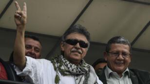 Jesus Santrich, membre du parti politique colombien Farc, salue des supporters après sa libération, au siège du parti, à Bogota, le 30 mai 2019.