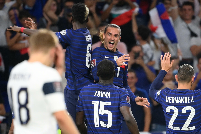 La joie de l'attaquant français Antoine Griezmann, félicité par ses coéquipiers, après avoir marqué son 2e but contre la Finlande, lors des qualifications pour le Mondial-2022 au Qatar, le 7 septembre 2021 au Groupama Stadium à Décines-Charpieu, près de Lyon
