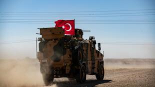 Archivo: Un vehículo militar turco se ve cerca de la aldea de Tell Abyad, en Siria el 8 de septiembre de 2019-