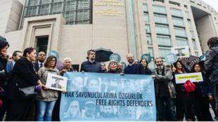 """متظاهرون يرفعون لافتة كتب عليها بالتركية """"أطلقوا سراح المدافعين عن الحقوق"""" في 25 أكتوبر 2017"""