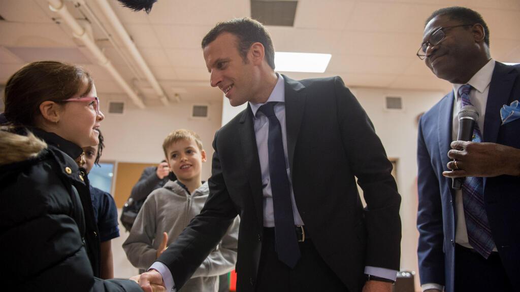 Alors candidat à l'élection présidentielle, Emmanuel Macron rencontre des enfants dans une école franco-américaine de New York, le 5 décembre 2016.