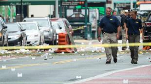 Les agents du FBI , dimanche 18 septembre, sur le site de l'explosion qui s'est produite à Chelsea, à New York, samedi soir.