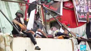 Des manifestants irakiens postés près de l'un des ponts de la capitale irakienne.