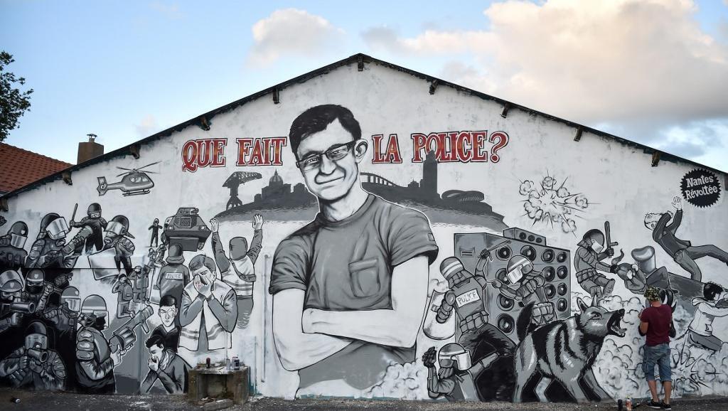"""""""¿Qué hace la policía?"""". Mural en la ciudad de Nantes en homenaje a Steve Maia Canico, un joven que se ahogó en el Loira después de que la policía dispersó a un grupo de jóvenes en las orillas del río en la noche de la fiesta de la música, el 21 de junio."""