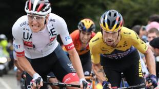 El esloveno Tadej Pogacar (izq) y su compatriota Primoz Roglic, durante la novena etapa del Tour de France, de 154 km entre Pau y Laruns, el 6 de septiembre de 2020