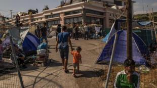 طالبو لجوء مشردون أقاموا مخيماً موقتاً على جزيرة ليسبوس اليونانية بعد الحريق الذي دمّر مخيم موريا في 14 أيلول/سبتمبر 2020