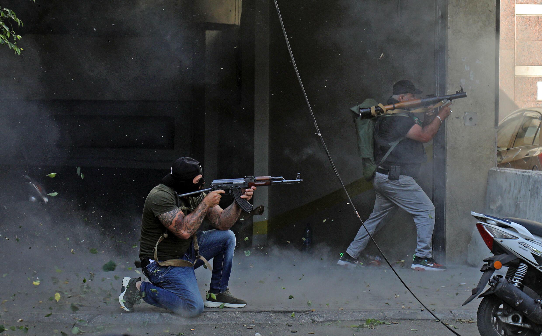 مقاتلون شيعة من حزب الله وحركة أمل يطلقون قذائق أر بي جي خلال اشتباكات في منطقة الطيونة في جنوب العاصمة اللبنانية بيروت في 14 تشرين الأول/أكتوبر 2021