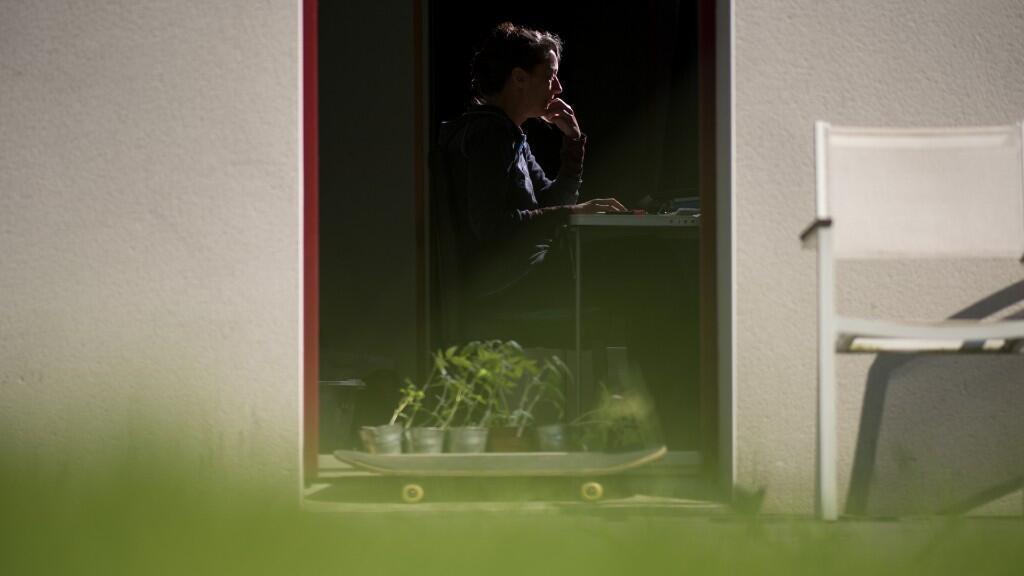 La pandemia arrojó a millones de personas al teletrabajo, como esta mujer en Nantes, Francia, en una imagen de archivo del 14 de mayo de 2020.