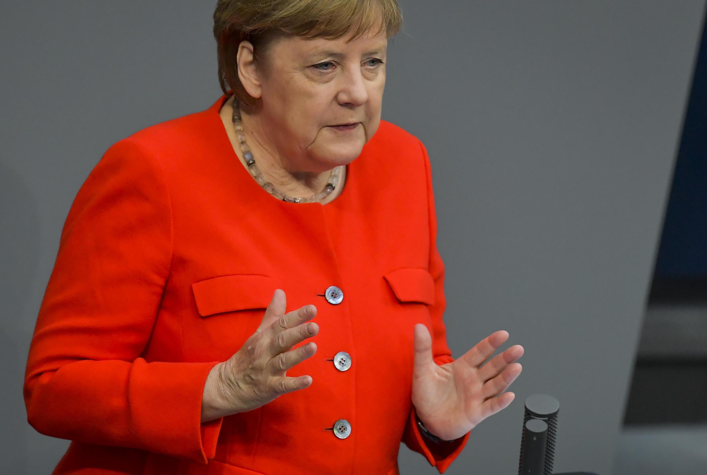 La canciller Angela Merkel habla durante una sesión de la Cámara baja del Parlamento alemán, el 18 de junio de 2020 en Berlín