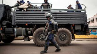 """Des policiers congolais déployés lors d'une opération """"ville morte"""" dans la capitale Kinshasa le 19 octobre 2016."""