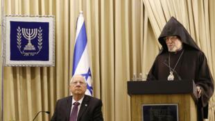 Le président israélien Reuven écoutant le discours de l'archevêque arménien Aris Shirvanian, le 26 avril 2015.
