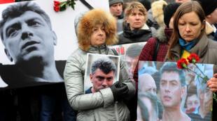 Des milliers de personnes rassemblées en mémoire de Boris Nemtsov à St Pétersbourg le 1er mars.