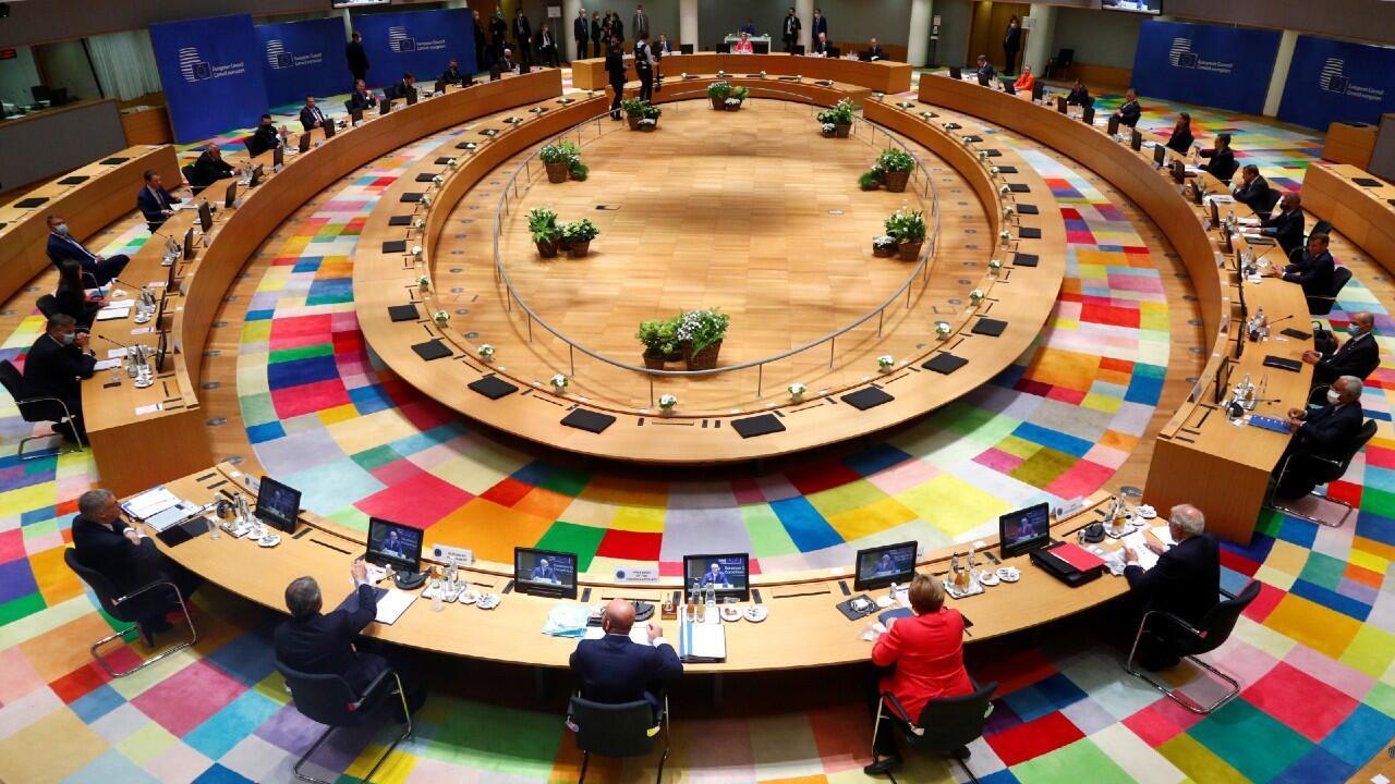 Los líderes de la Unión Europea participan en una convención para decidir el futuro del presupuesto europeo y el fondo de compensación por la pandemia. En Bruselas, Bélgica, el 17 de julio de 2020.