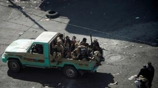مقاتلون حوثيون في شوارع العاصمة اليمنية صنعاء بتاريخ 3 كانون الأول/ديسمبر 2017 خلال مواجهات مع أنصار الرئيس السابق علي عبدالله صالح