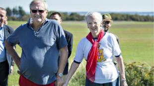 Henrik et la reine Margrethe II du Danemark à Limfjord Livo, au Danemark, en septembre 2014.