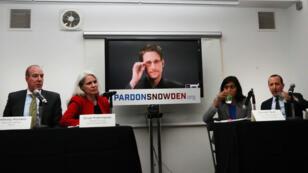 Edward Snowden parle par visioconférence, mercredi 14 septembre 2016, lors du lancement d'une campagne demandant à Barack Obama de le pardonner.