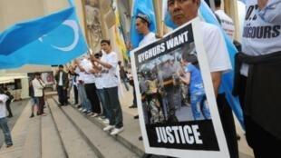 Des militants ouïghours manifestent à Paris, le 8 juillet 2009
