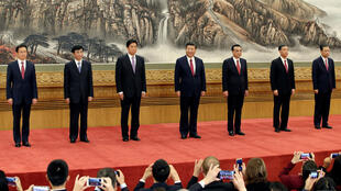 El presidente chino Xi Jinping (centro) posa junto a los otros seis integrantes del Comité Central del Politburó durante su presentación el Gran Salón del Pueblo de Beijing, el 25 de octubre de 2017.