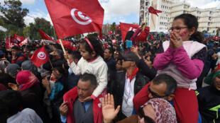 """Des milliers de Tunisiens ont défilé dimanche à Tunis """"contre le terrorisme"""" quelques jours après la tuerie du musée du Bardo."""