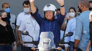 El presidente de Brasil, Jair Bolsonaro, saluda luego de pasear en moto por Brasilia, el 25 de julio de 2020
