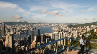 عنصر أمن على شرفة مبنى سياحي في هونغ كونغ في 28 تموز/يوليو 2020.