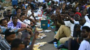 Les manifestants soudanais se rassemblent pour rompre le jeûne devant le QG de l'armée à Khartoum, le 7 mai 2019.