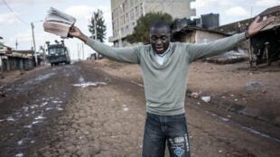 Un militant de l'opposition, désemparé, devant les violences à Kawangware, près de Nairobi, le 27 octobre 2017.