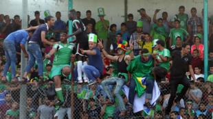 Des supporters du club palestinien de Chajaya soutenant leur équipe lors d'une rencontre face à Rafah, le 7 juin 2015.