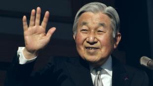 Akihito est le premier empereur a avoir été intronisé sous la Constitution de 1947, imposée par les États-Unis.