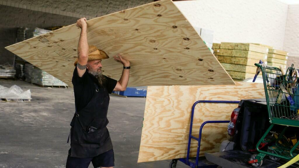 Un ciudadano de Nueva Orleans se prepara para la llegada del huracán Marco y de Laura comprando tablones de madera para proteger su hogar. El 23 de agosto de 2020.
