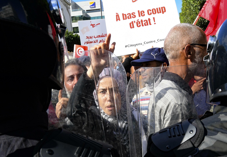 تونسيون يتظاهرون في العاصمة بتاريخ 10 تشرين الأول/أكتوبر احتجاجا على الرئيس قيس سعيّد