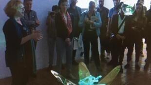 Un grupo de asistentes a la exposición Bienalsur en San José, Costa Rica.
