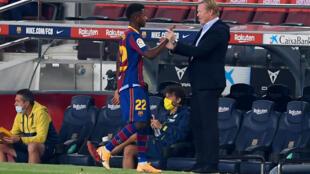 مدرب برشلونة الهولندي رونالد كومان يهنئ نجمه الواعد أنسو فاتي عقب استبداله في الشوط الثاني من المباراة ضد فياريال (4-صفر) في الدوري الاسباني في 27 أيلول/سبتمبر 2020.