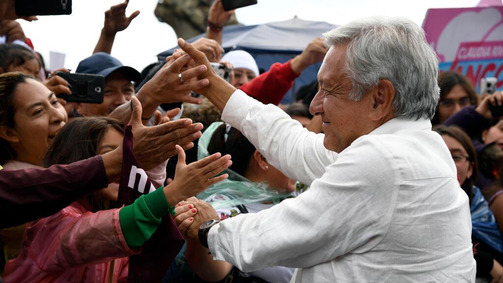 Archivo: El entonces candidato presidencial de México por el partido MORENA, Andrés Manuel López Obrador, saluda a los simpatizantes durante un mitin de campaña en Puebla, México, el 23 de junio de 2018.