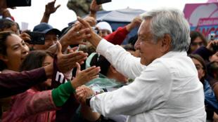 El candidato presidencial de México por el partido MORENA, Andrés Manuel López Obrador, saluda a los simpatizantes durante un mitin de campaña en Puebla, México, el 23 de junio de 2018.