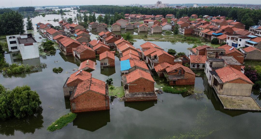 Una imagen aérea muestra edificios residenciales inundados debido al aumento del nivel del agua del río Yangtze en Jiujiang, provincia de Jiangxi, central de China, el 18 de julio de 2020.