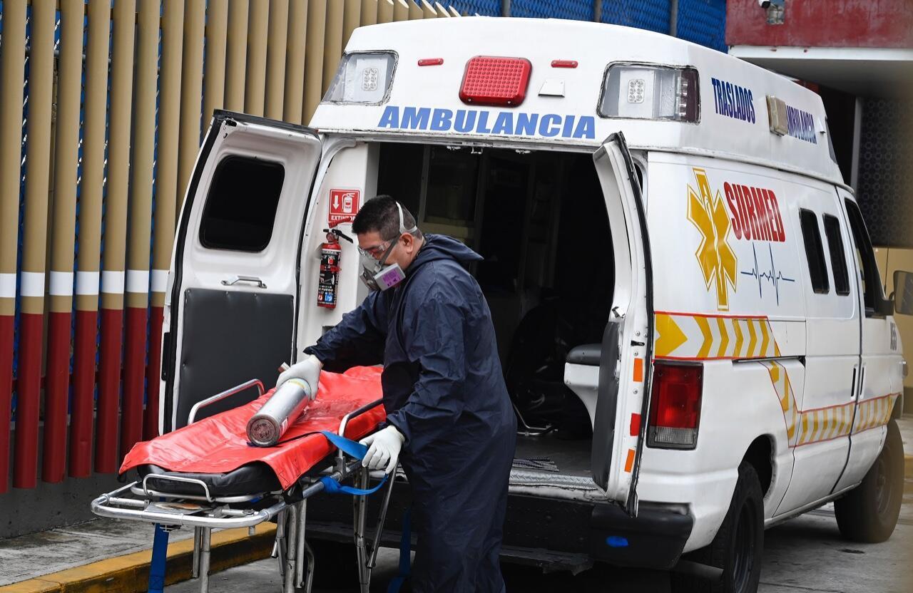 Un paramédico se prepara para trasladar a un paciente con Covid-19 en el Hospital General de la Ciudad de México el 20 de agosto de 2020.