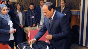 El presidente egipcio Abdelfatah al-Sisi ejerce su voto durante las elecciones presidenciales en El Cairo, Egipto, el 26 de marzo de 2018.